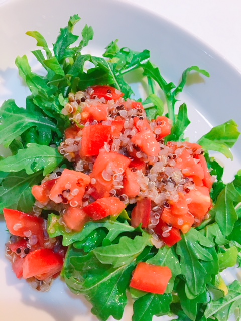 キヌアのトマトドレッシングとルッコラ