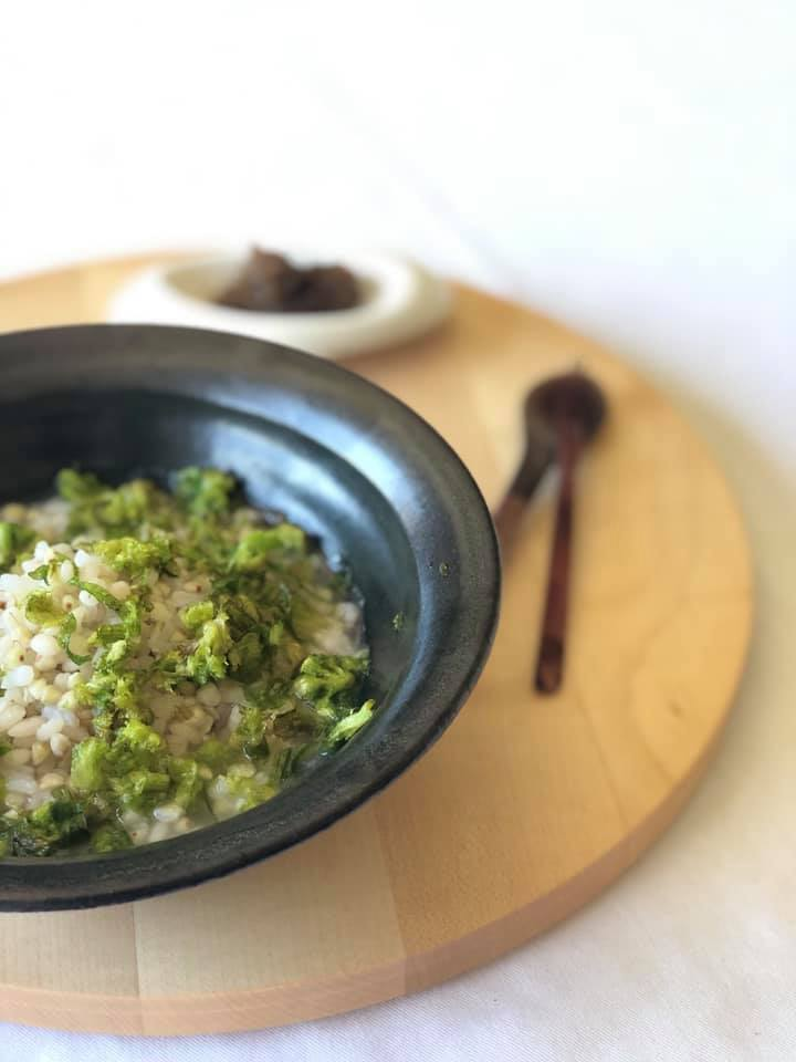 もち麦とそばの蕗の薹粥